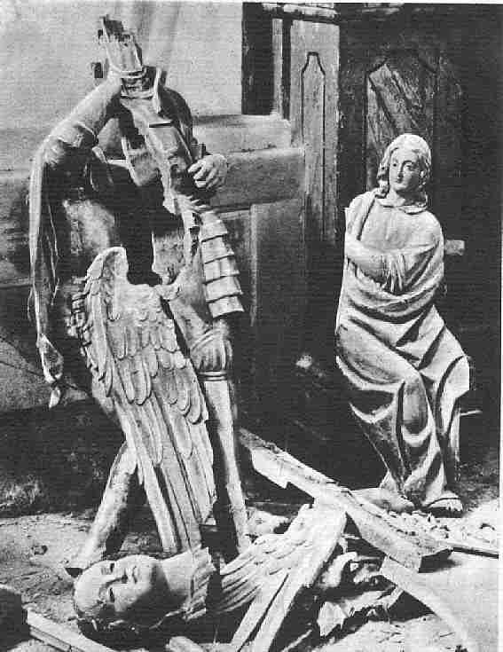Imágenes rotas a hachazos en la Iglesia de San Miguel de Toledo en 1936 durante la Guerra Civil
