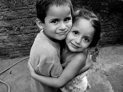 [フリー画像] 人物, 子供, カップル・恋人・夫婦, 兄弟・姉妹, モノクロ写真, 201012061700