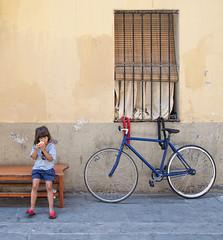 La bambina, la mela e la bici (Marco Crupi Visual Artist) Tags: street people art photography photo nikon strada streetphotography persone nikkor d90 nikonista