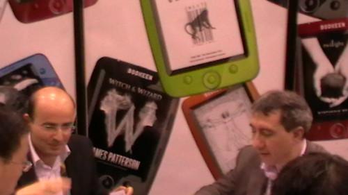 Michael Dahan e Laurent Picard, i soci fondatori di Bookeen, nel loro stand a Las Vegas