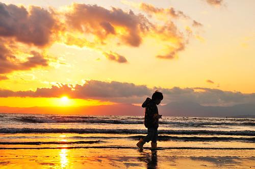 フリー画像| 人物写真| 子供ポートレイト| 少年/男の子| ビーチ/海辺| 夕日/夕焼け/夕暮れ| 日本人|     フリー素材|