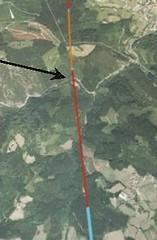 La flecha indica el lugar del desprendimiento, donde el trazado del TAV cruza la carretera A-2620