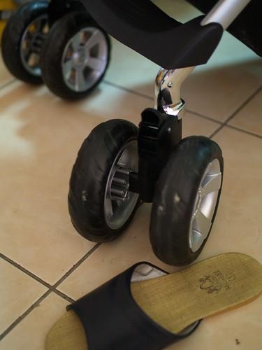 新推車有很大的輪子,還有避震
