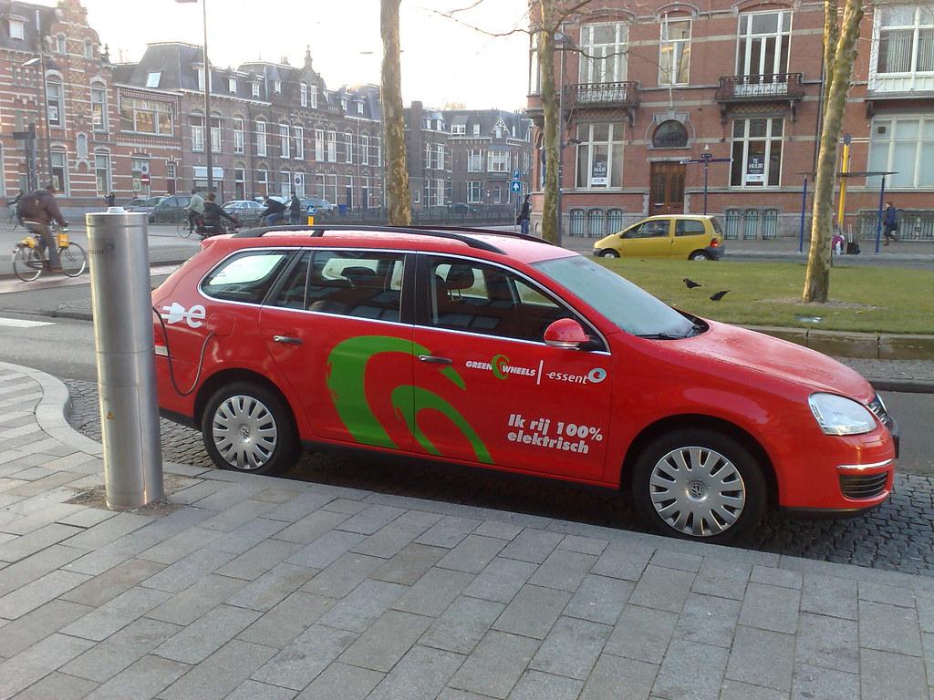 Elektrische auto op station Den Bosch
