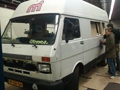 bus preppen voor schilderen morgen (HarmvVugt) Tags: camper schilderen lt35 smurfbus