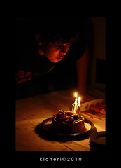 Soprando as Velas (kidneri) Tags: birthday cake canon rebel pentax takumar super 55mm m42 enzo bolo 18 aniversrio xti 400d kidneri