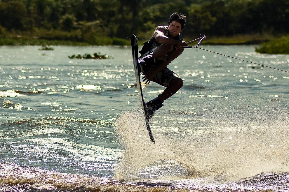 Pescadores de Ciudad del Este se divierten haciendo wakeboard en el Río Jejuí al regreso de los dos días de pesca continuada a unos 5 kilómetros río abajo. (San Pedro, Paraguay - Elton Núñez)