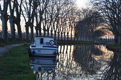 Atardecer (trvbaker) Tags: france reflections atardecer boat solitude barco quiet peace dusk tranquility romantic pense pensamiento canaldumidi vaixell silencioso silencieux rflets
