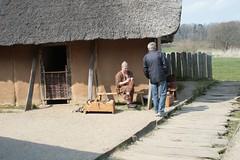 Knochenschnitzer Christoph Roeser am Haus des Kammmachers in Haithabu - Museumsfreifläche Wikinger Museum Haithabu WHH 19-04-2009