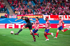 Shot (trommer photography) Tags: madrid cup liverpool football spain europe shot soccer stevengerrard vicentecalderon atleticomadrid estadiovicentecalderon tomasujfalusi alvarodominguez uefaeuropaleague luisperea