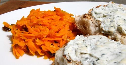 Orientalischer Karottensalat mit Bluecheese-Brötchen
