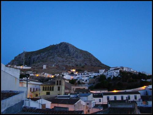 Barrio de San Amador con La Peña al fondo