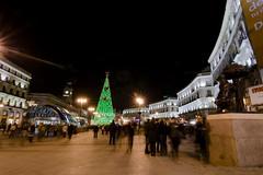 Venganza en Puerta del Sol (Cani Mancebo) Tags: madrid espaa luces spain colores tokina nocturna urbana verdes navideo puertadelsol rojos rbolnavidad tokina1116mmf28 tokina1116 canimancebo tokina1116mmf28asfericalatx116prodx
