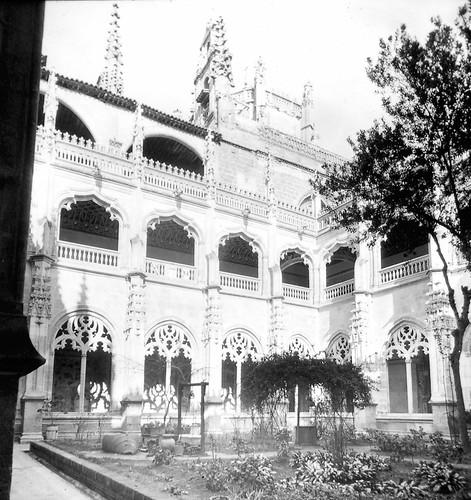 Claustro del Monasterio de San Juan de los Reyes a finales del siglo XIX. Fotografía de Alexander Lamont Henderson