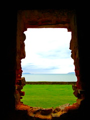 Abra a janela e deixe o vento entrar (Izabelly.) Tags: sky verde green window brasil mar florianpolis cu grama janela infinito twop