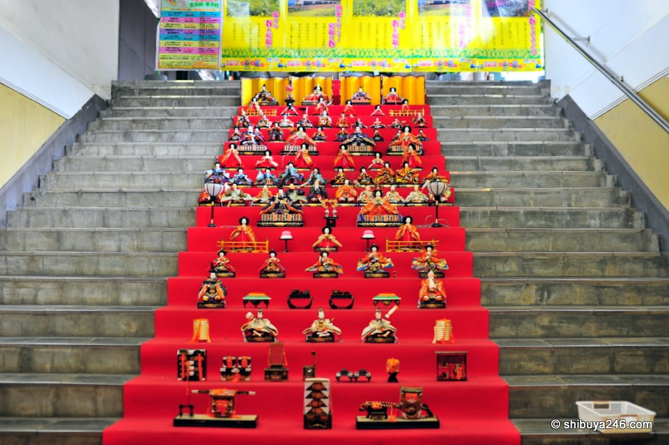 This platform is not normally used so it was a great location to set the Hina Ningyo dolls out.