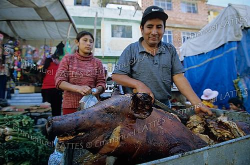 Cochon (Sus scrofa domesticus) grillé sur le marché de Huaraz (Ancash, Pérou).