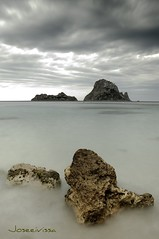 Primos lejanos (Joseeivissa) Tags: sea espaa seascape beach landscape islands mar spain nikon long exposure mediterranean mediterraneo playa paisaje ibiza es eivissa kdd islas hort cala quedada islote larga balearic espanya vedra dhort d90 pitiuses illes vedranell flickeros pitiusas paisatje joseeivissa joseeivissafotosgmailcom