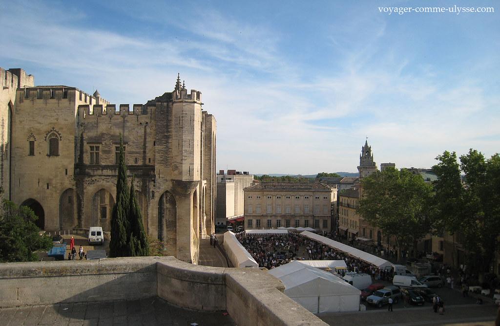 Vue globale de la place du Palais des Papes