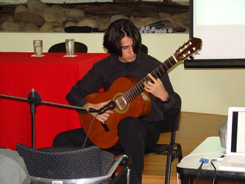 Joven guitarrista, muestra otros talentos