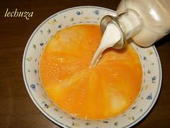 Budín de panettone-mezclar huevos y leche