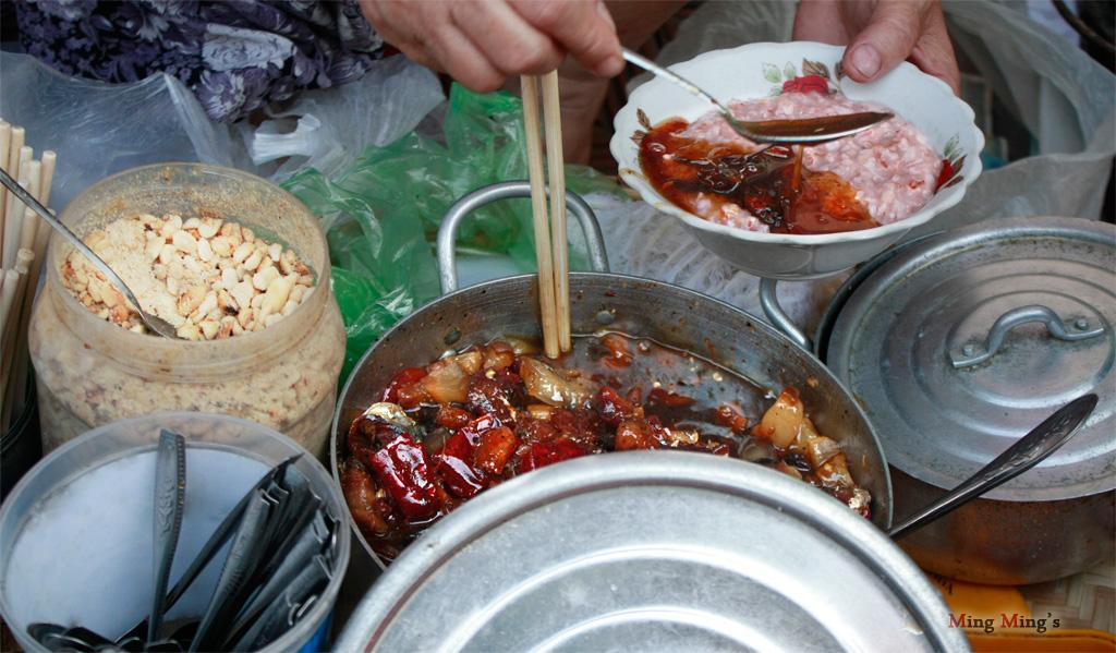 Một gánh xôi và cháo với đủ thịt, cá, tôm cực kỳ hấp dẫn
