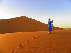 Bereber en Erg Chebbi. (Victoria.....a secas.) Tags: africa desert getty desierto marruecos gettyimages dunas bereber ergchebbi