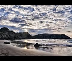 Los últimos rayos de sol (Leonorgb) Tags: costa sol canon atardecer mar leo cielo nubes rocas cantabria rayos pechón valdesanvicente playadeamió