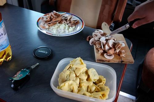 Abendmenü: Limettenbandnudeln und gebratene Champignons mit den restlichen Tortelloni von gestern, dazu rotes Pesto (Checkliste ergänzen: Holzlöffel für die Pfanne).
