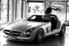 Mercedes-Benz SLS AMG (Robin Kiewiet) Tags: auto show white black slr cars colors robin car modern germany deutschland photography mercedes benz wings power very frankfurt fast grand zeeland automotive sl german mclaren mercedesbenz coloring vehicle goes 300 gt torque luxury 2009 coupe v8 dealership 62 coup sls daimler amg deutsch 2010 selective gullwing tourer gorden 2door kiewiet wagener 7speed 650nm succesor 571bhp 196mph