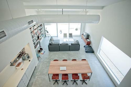בית דו-משפחתי ברמת השרון הופך ללופט עם חצר. בפרויקט נעשה שימוש בשפה עיצובית ואדריכלית המתאימה לאורח חיים של מגורים בפרוור וקשר הדוק עם העיר