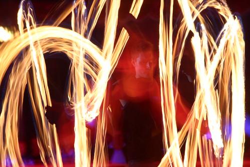 Un artista de circo juega con fuego