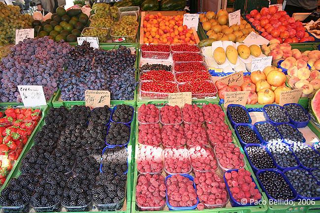 Frutas del bosque en el Naschtmarkt. © Paco Bellido, 2006