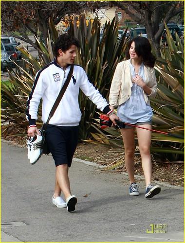 selena gomez and nick jonas golfing. Nick Jonas amp; Selena Gomez have
