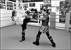 EE3V5041 Combattimento (EOS 1Ds-bw) (abschied) Tags: bw boxe eos1ds goldenpower womenboxe