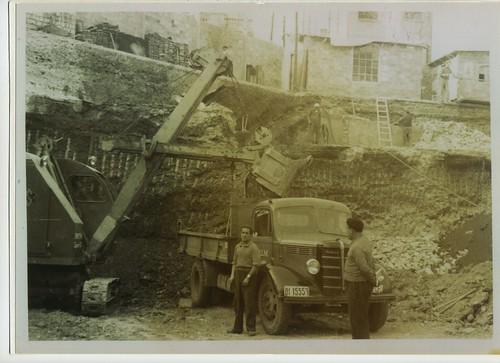 Camió Bedford amb bolquet del Sr. Gonzalo García carregant terra del rebaixament d'un solar a Barcelona als anys 1950