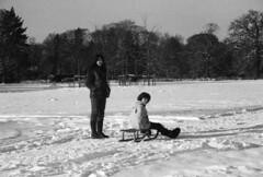 Josh & Deborah in the snow (Stefaan Vinckevleugel) Tags: blackwhite tmax iso400 eos5