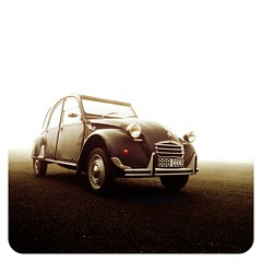 The eternal 2CV (essichgurgn) Tags: auto car fog race french automobile nebel id tractionavant ds foggy mini icon voiture racing charleston ami coche 2cv carro spa macchina kfer oto automvil karu 24h motorcar bertoni cotxe mehari  kocsi     samochd  vehculo otomobil deuche  neblig  automobiel   vettura dagonnet   bl avtomobil makin   karru mba          awto oyto