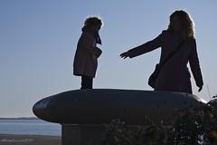 .... dammi la mano.... (yude57) Tags: nikon bambini persone amore controluce gesti affetto d40