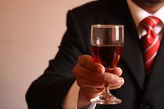 La nueva forma de catar vinos no incluye buches, gorgoteo o metáforas con frutas