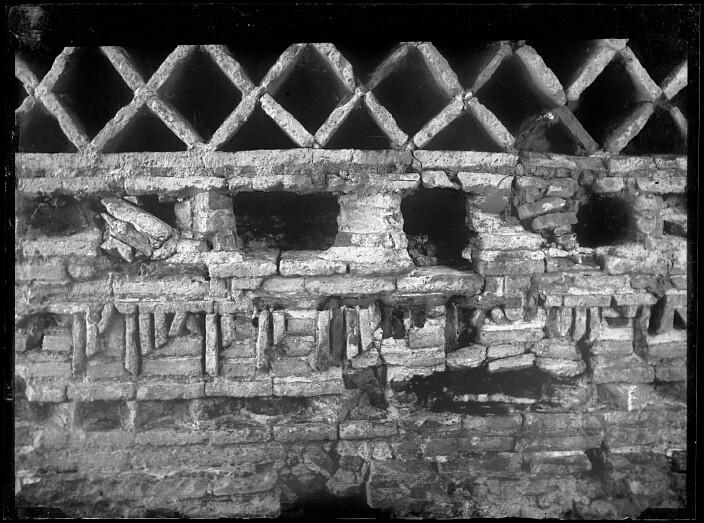 Inscripción de la Mezquita del Cristo de la Luz al poco de ser descubierta en 1899. Fotografía de Casiano Alguacil. Ayuntamiento de Toledo