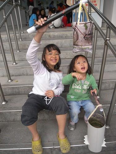 katharine娃娃 拍攝的 11姊妹倆與環保燈籠。