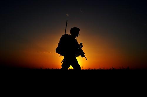 フリー画像| 戦争写真| 兵士/ソルジャー| シルエット| 夕日/夕焼け/夕暮れ| アメリカ軍兵士| アフガニスタン風景|     フリー素材|