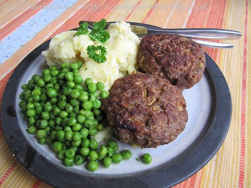 Kartoffel-Stampf mit Frikadellen und Erbsen
