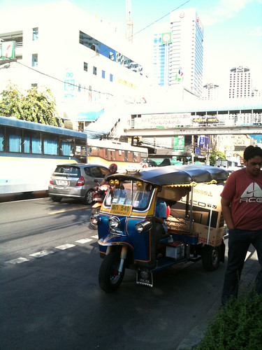 Guys putting a huge lcd in a tuk tuk