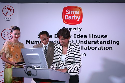 Anne Abraham, managing director for Cisco in Malaysia signing the MoU with Sime Darby as Dato' Tunku Putra Badlishah, managing director, Sime Darby Property looks on.