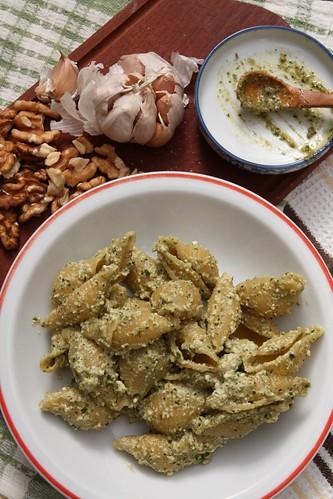 Plato de lumaconi con pesto, entorno cabeza de ajo y nueces
