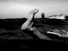 aiuto.................... (salentinaaa4) Tags: bw nuvole mare bokeh bn uomo cielo piede onda volto nuotare perdersi maremosso affogare