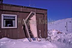 00037268 (wolfgangkaehler) Tags: houses house canada cold village villages arctic inuit northamerica nunavut baffinisland capedorset villagelife sealskin baffinislandcanada inuiteskimos capedorsetcanada