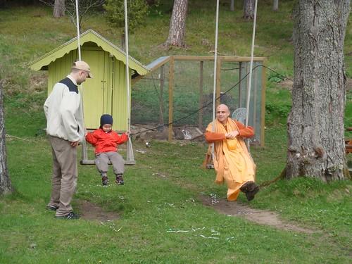 Kadamba Kanana Swami Korsnas Gard and at Ugrasena's 14th May 2010  -0071 por ISKCON desire tree.